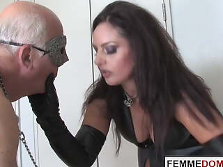 Brit dominatrix whips mercilessly contaminated slave