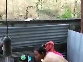 Ngintip tetangga mandi di luar